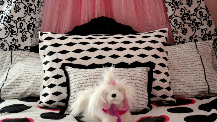 Easy-DIY-Fabric-Painted-and-Patterned-Pillow-Case-with-FrogTape®-Shape-Tape™-via-PinkWhen.com-10