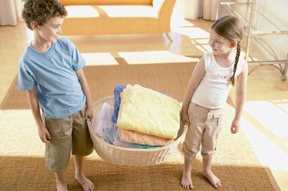 kids-doing-laundry