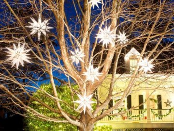 BPF_holiday-house_exterior_nighttime_curb_appeal_graphic_shape_h.jpg.rend_.hgtvcom.1280.960