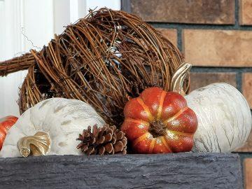 M&M_S14E10_Autumn Themed Front Entrance