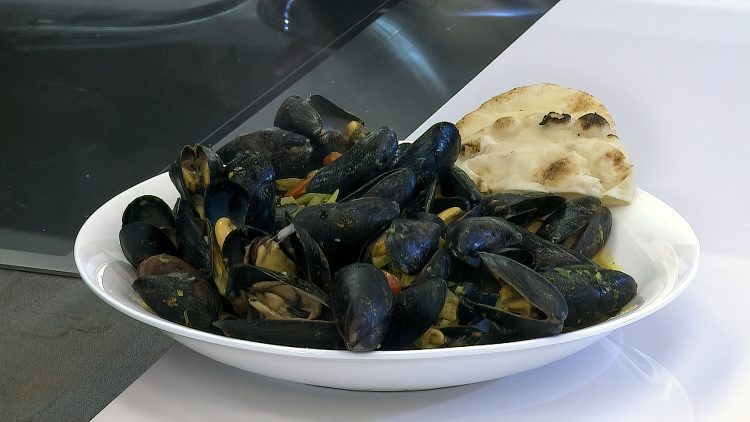 M&M_S15E02_Rob Thomas_Coconut Curry Mussels