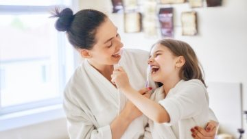 family-are-brushing-teeth-5TYCDV6