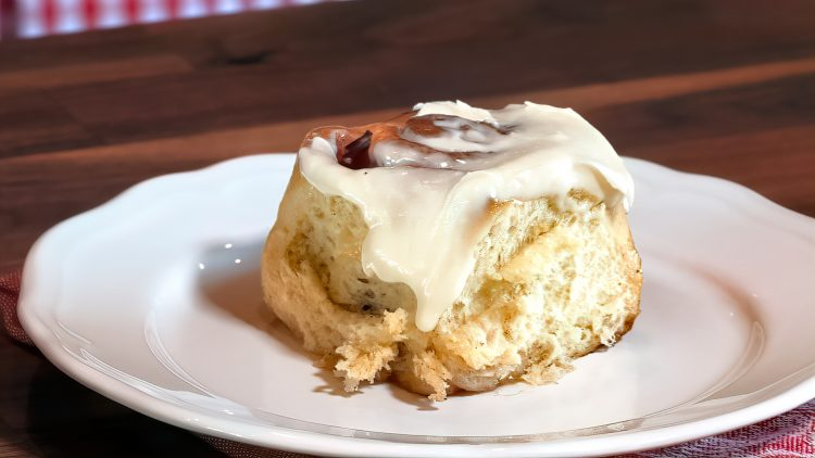 M&M_S18E08_Anna Olson_Fruit Filled Cinnamon Bun